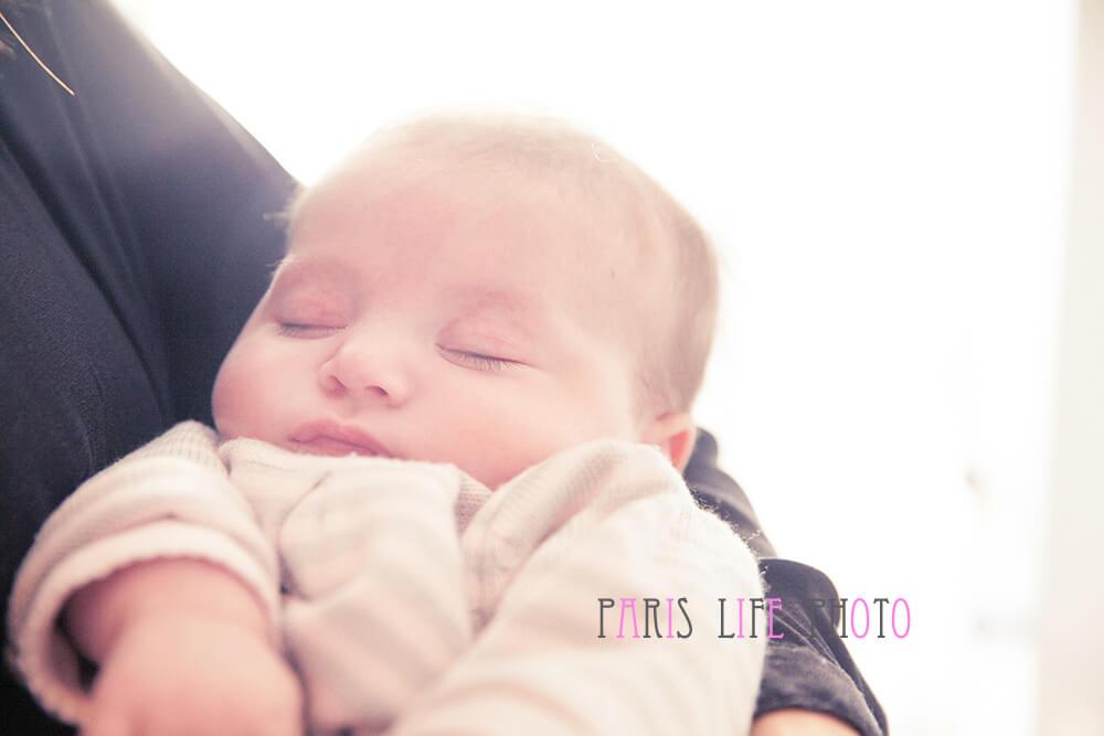 あかちゃんがママの腕の名で寝ている