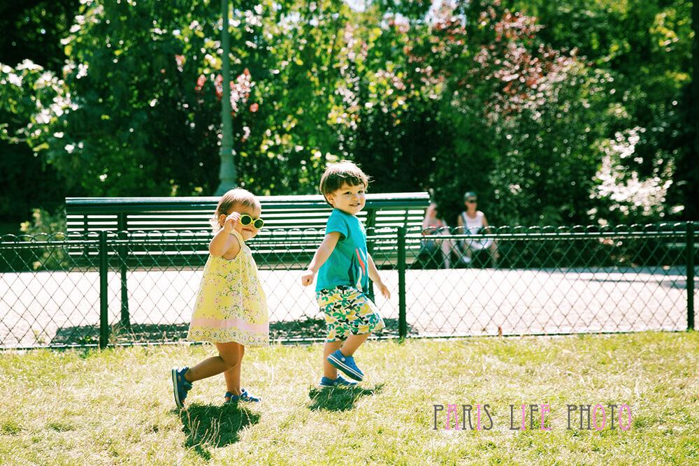 パリの公園で走る子供達