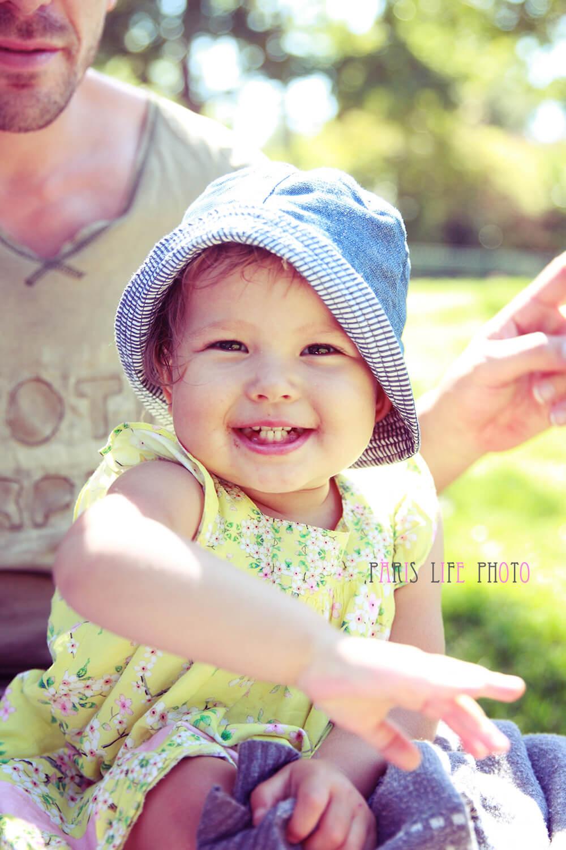 パパの膝の上で笑う女の子