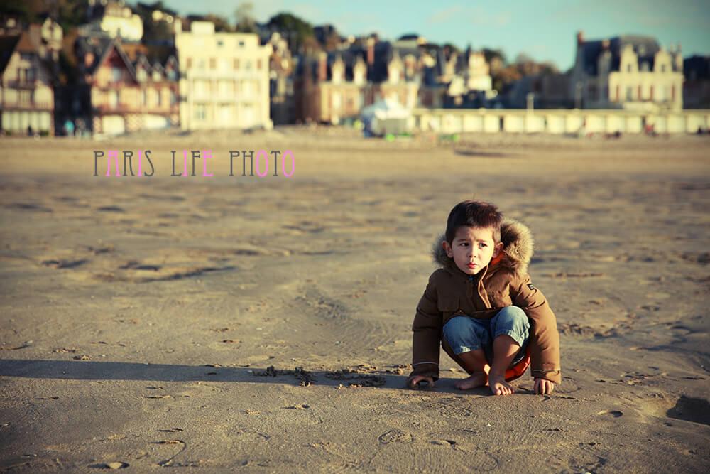 浜辺に座る男の子