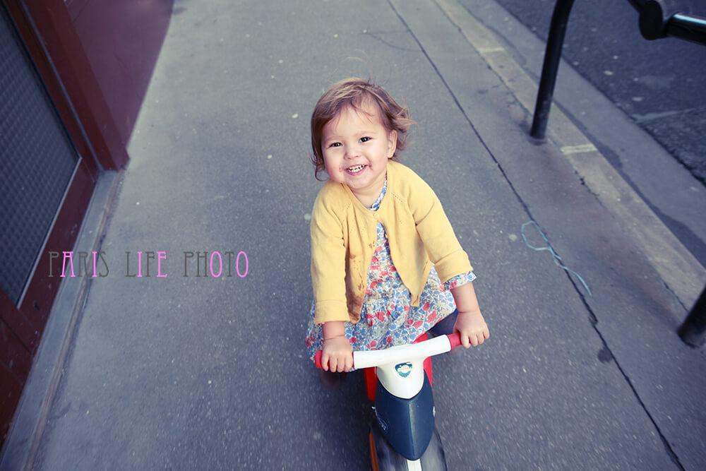 子供用バイクにまたがる笑顔の女の子