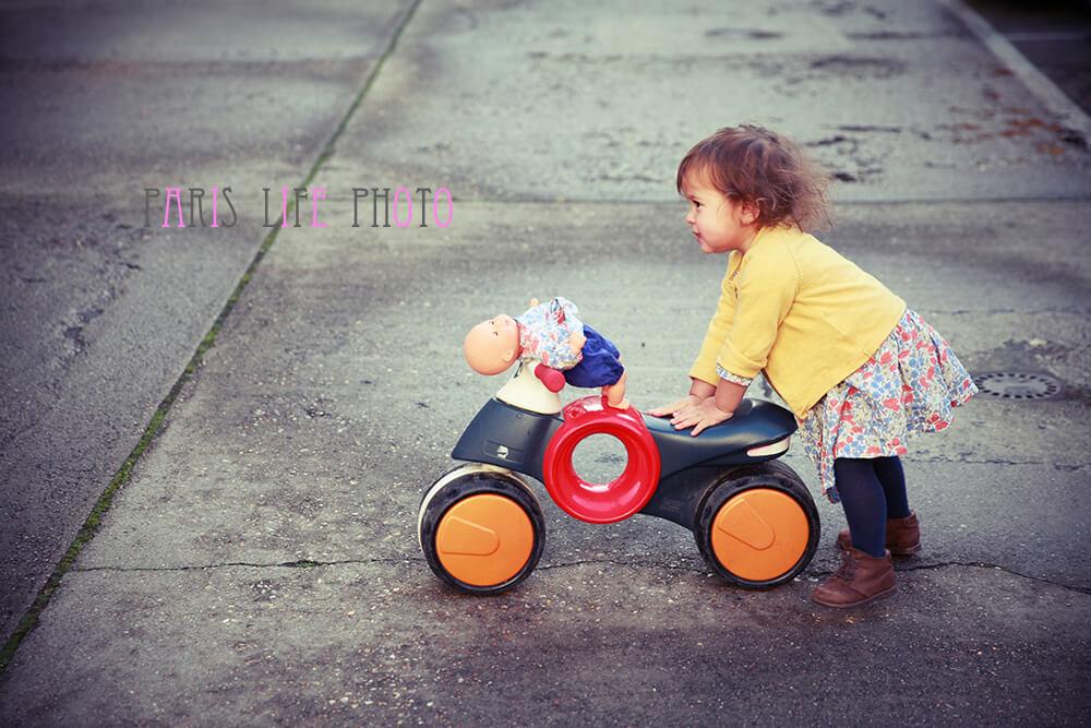 子ども用バイクを押す女の子