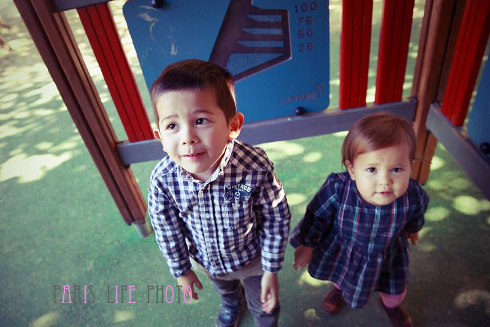 公園の遊具の中の兄妹