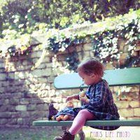 パリ郊外の公園のベンチに座る女の子