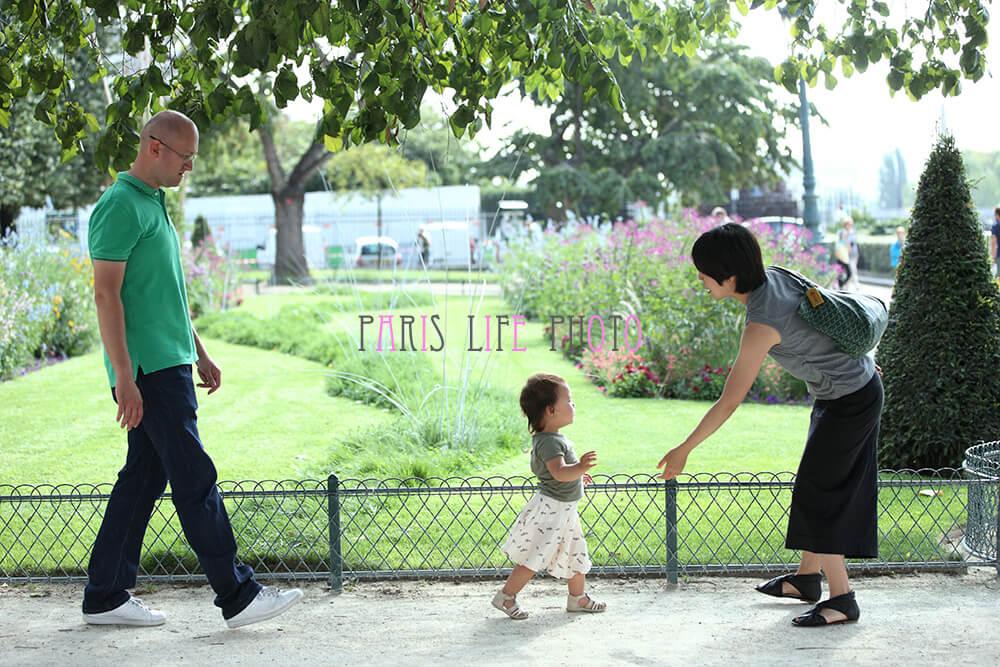 パリの街角で親子スナップショット