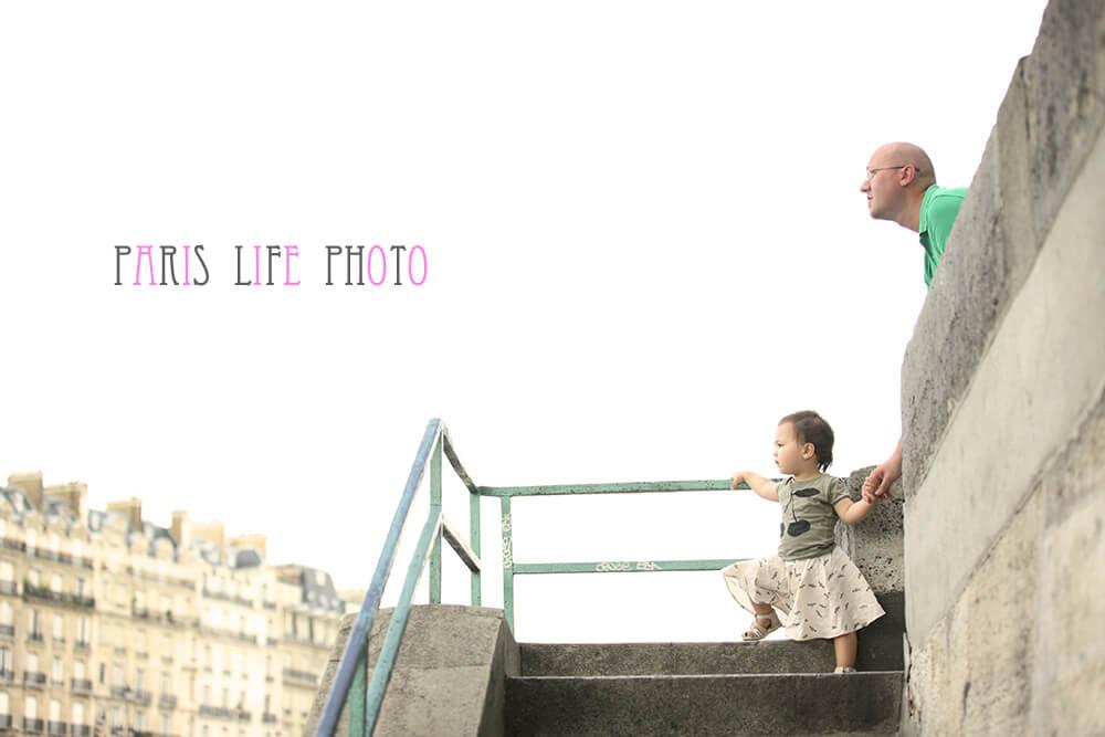 パリの街角でパパと女の子