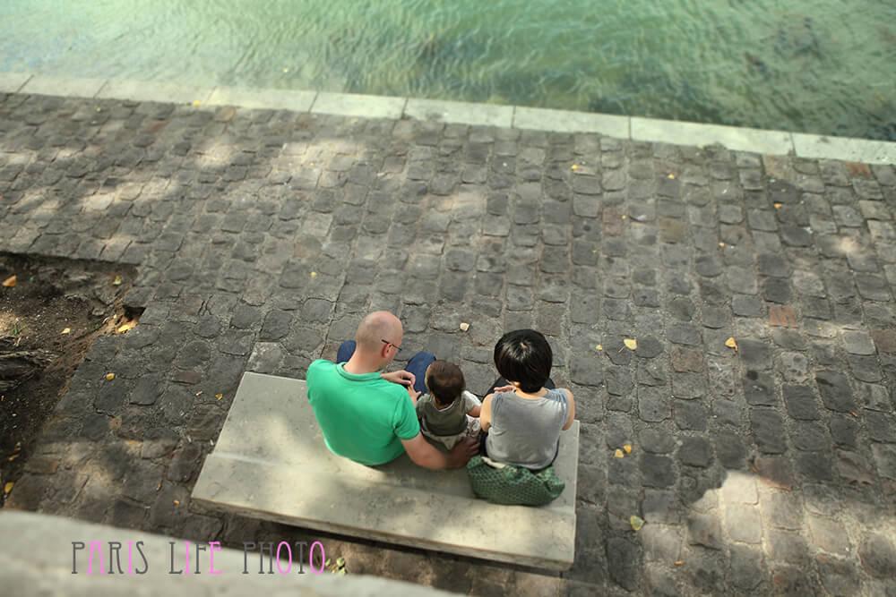 パリのセーヌ川の岸で親子3人