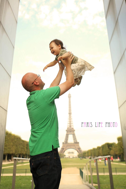エッフェル塔を背景にパパに抱き上げられた女の子