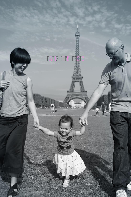 エッフェル塔を背景にした家族写真 モノクロ