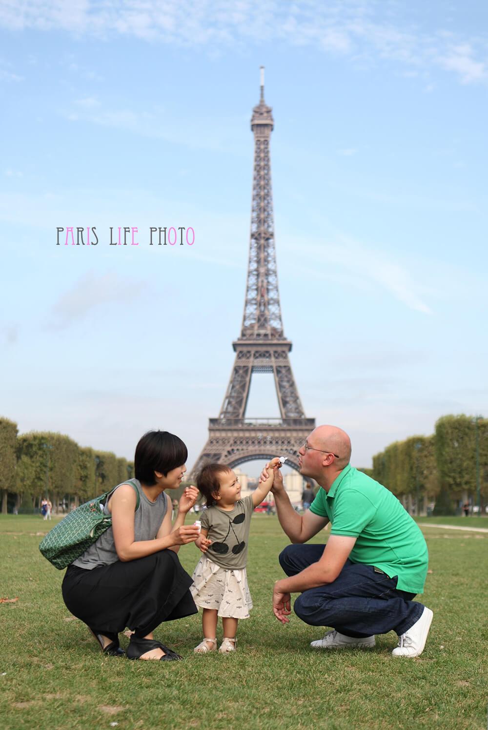 エッフェル塔を背景にした家族写真