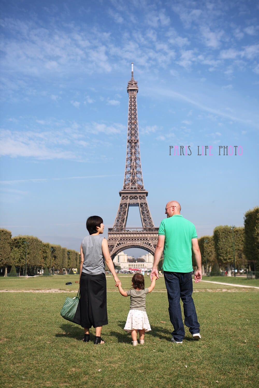 エッフェル塔を背景にした家族写真、後ろ姿