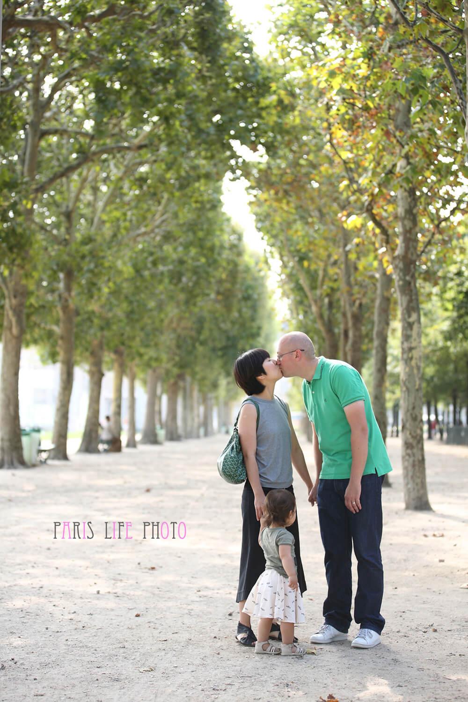 パリの公園の並木道で家族写真、キス