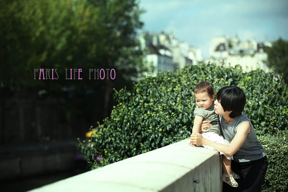 パリの街角でママと女の子のツーショット