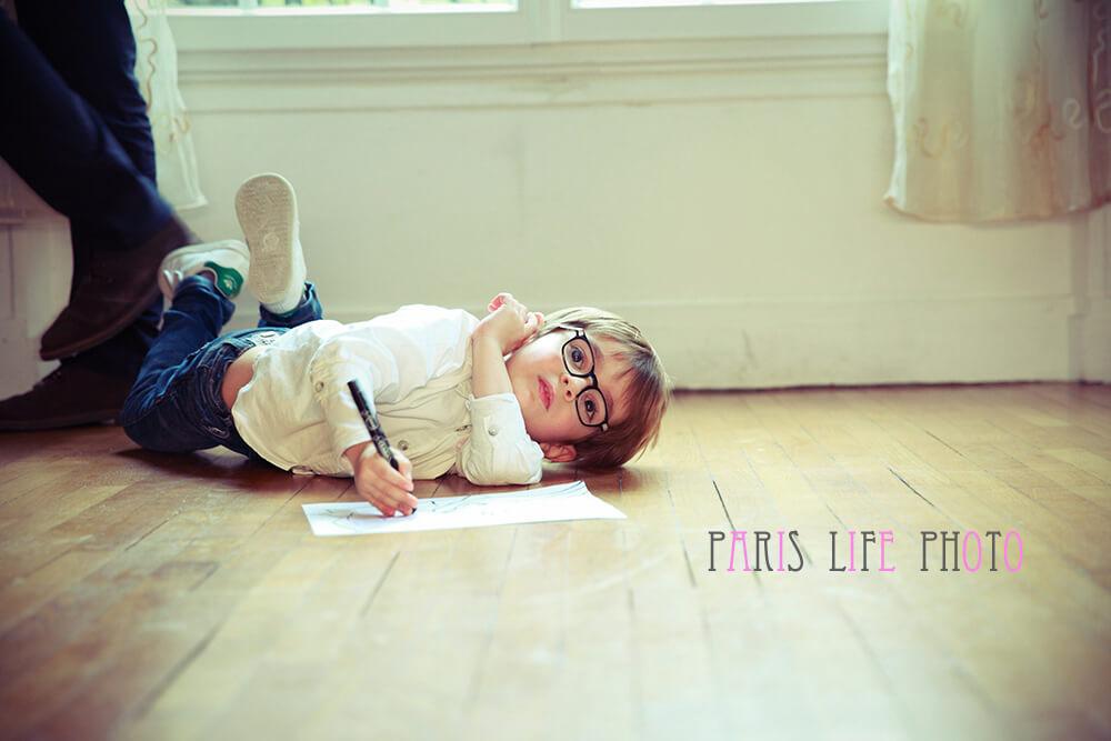 パリの自宅で男の子が床に寝転がる