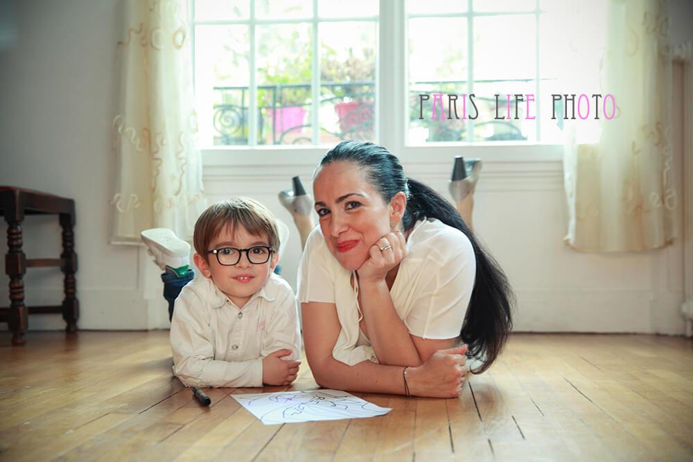 パリの自宅でママと男の子