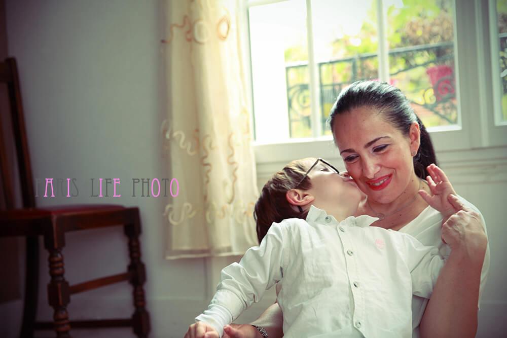 パリの自宅で男の子がママにキス