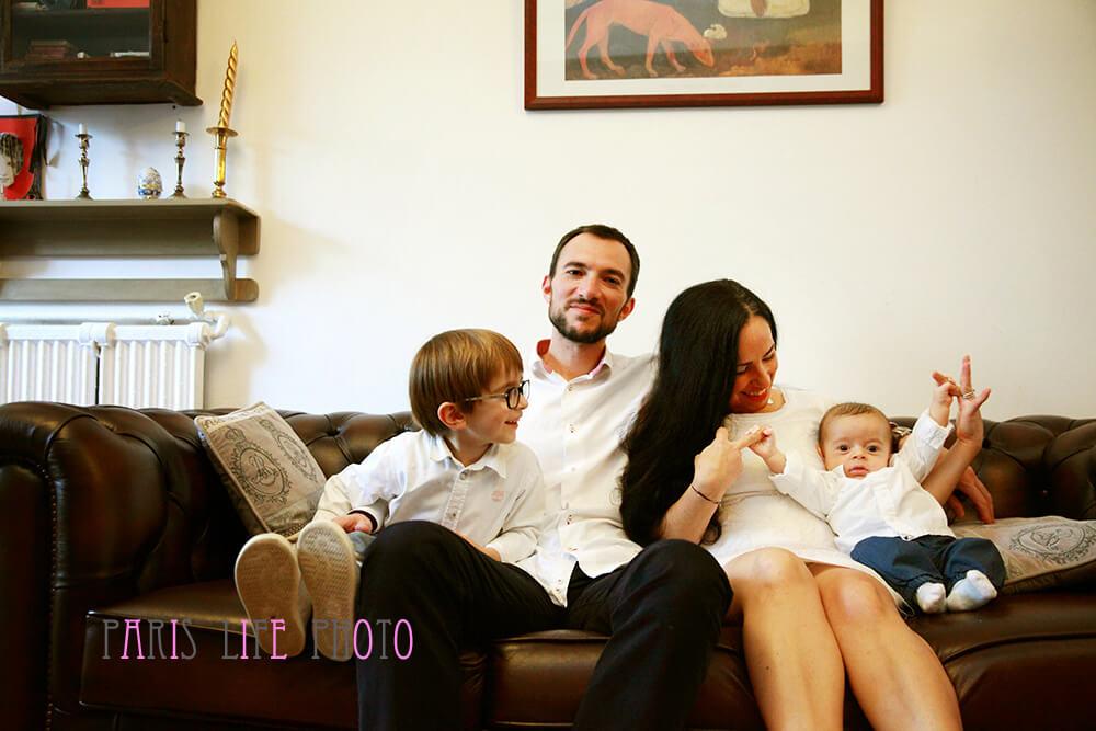 パリの自宅のソファーで四人家族記念フォト