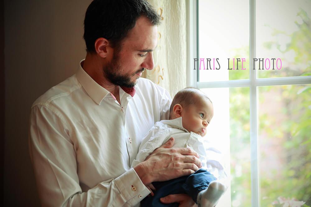 パリの自宅でパパが赤ちゃんを抱っこ