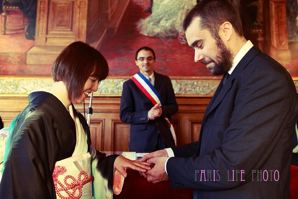 パリの区役所での挙式で指輪交換