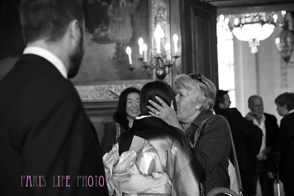 パリの区役所での挙式で祝福される新婦