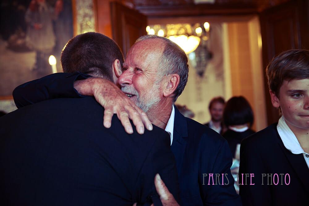 パリの区役所での挙式でパパに祝福される新郎