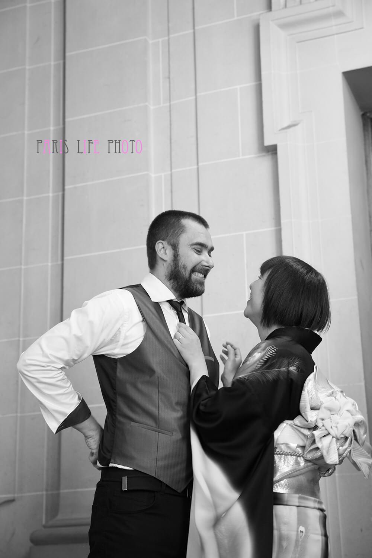 パリの区役所での挙式で新婦が新郎のネクタイを直す