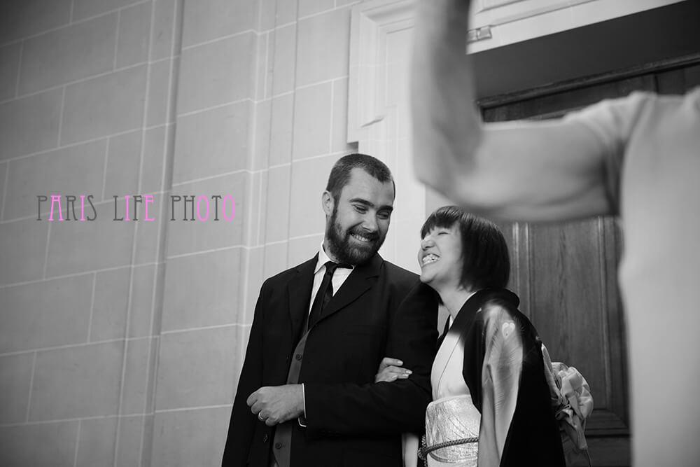 パリの区役所での挙式で笑顔の新郎新婦