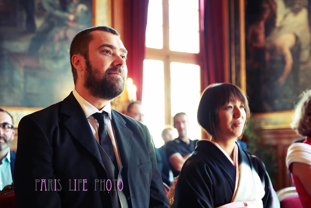 パリの区役所で式を挙げる新郎新婦