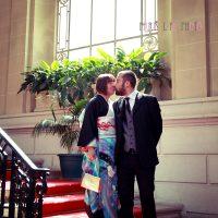 パリの区役所での挙式で記念撮影、キス