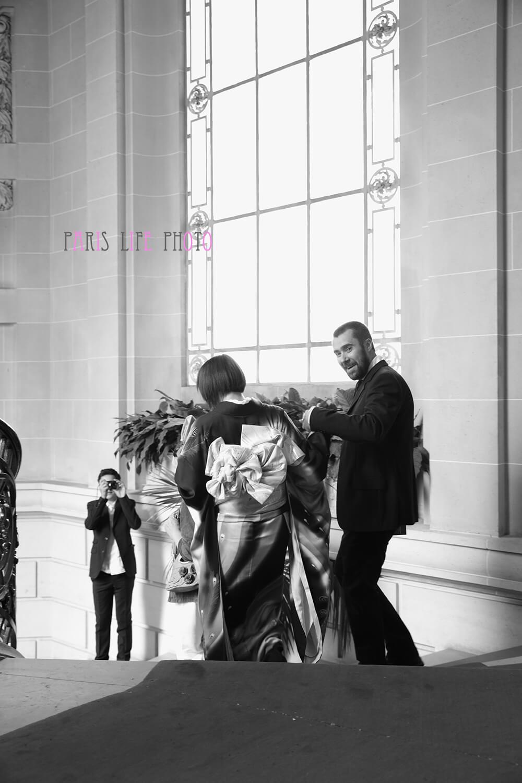 パリの区役所での挙式で階段を降りる新郎新婦 モノクロ