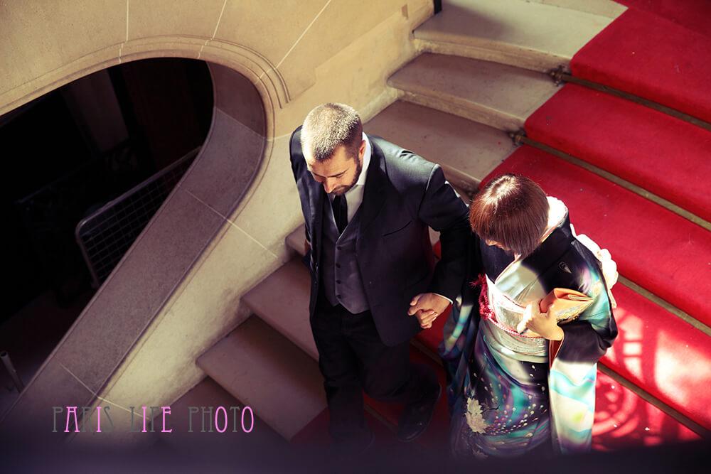 パリの区役所での挙式で階段を降りる新郎新婦