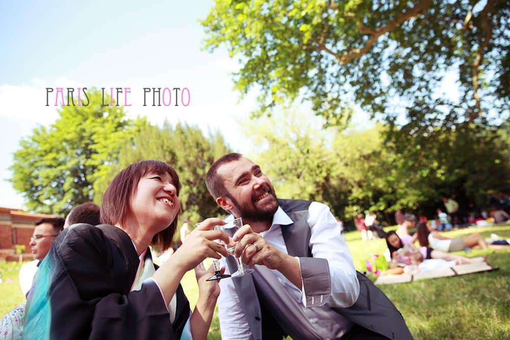 パリの挙式後公園で乾杯する新郎新婦