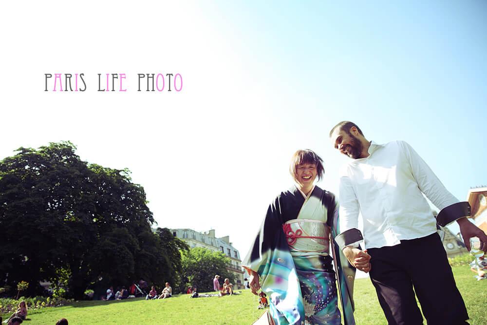 パリの挙式後公園で記念撮影