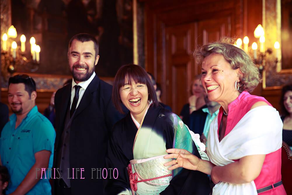 パリの区役所での挙式。笑う新婦