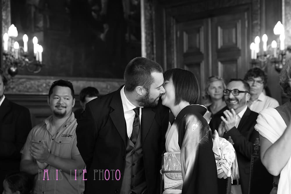 パリの区役所での挙式。誓いのキス