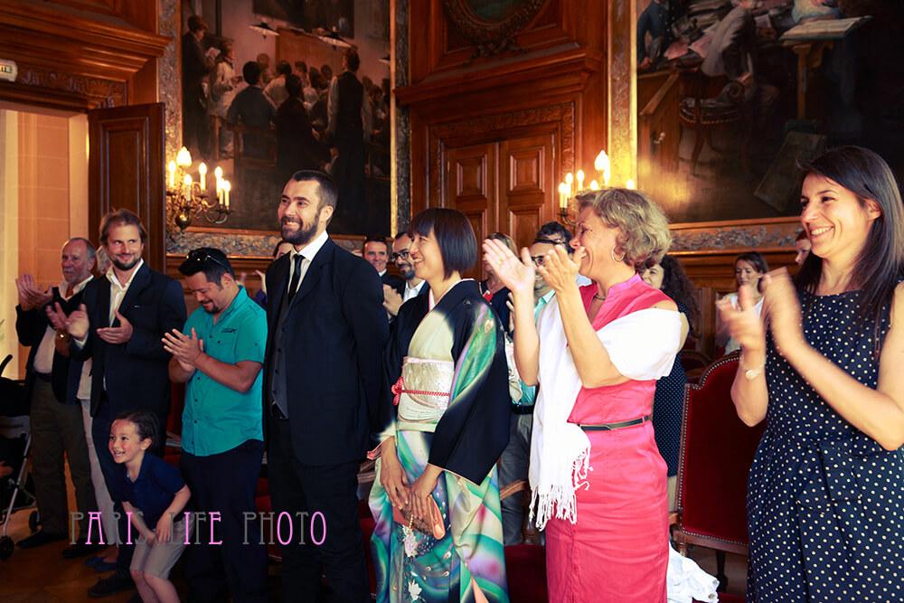 パリの区役所での挙式で祝福を受ける新郎新婦