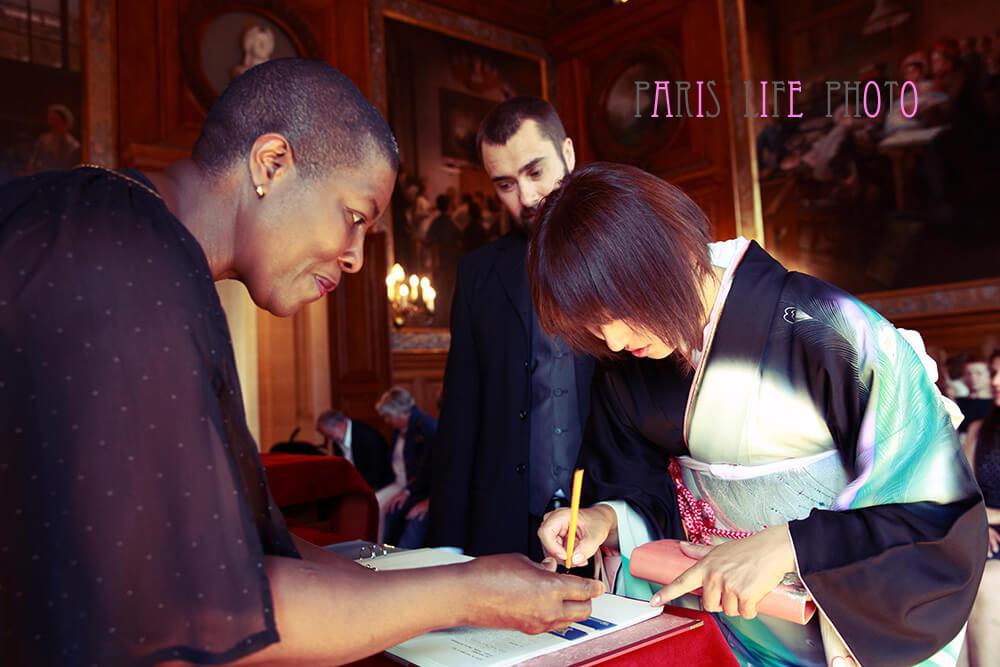 パリの区役所での挙式でサインする新婦