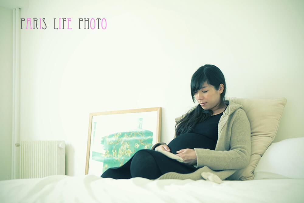 パリの自宅でベットに座る妊婦さん