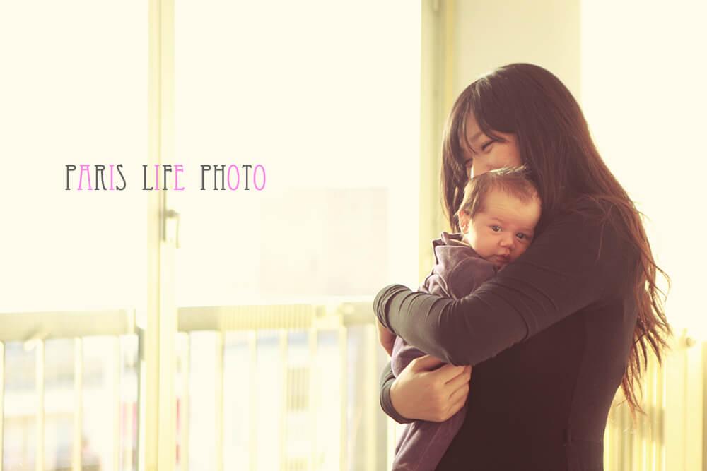 赤ちゃんを抱っこして笑うママ
