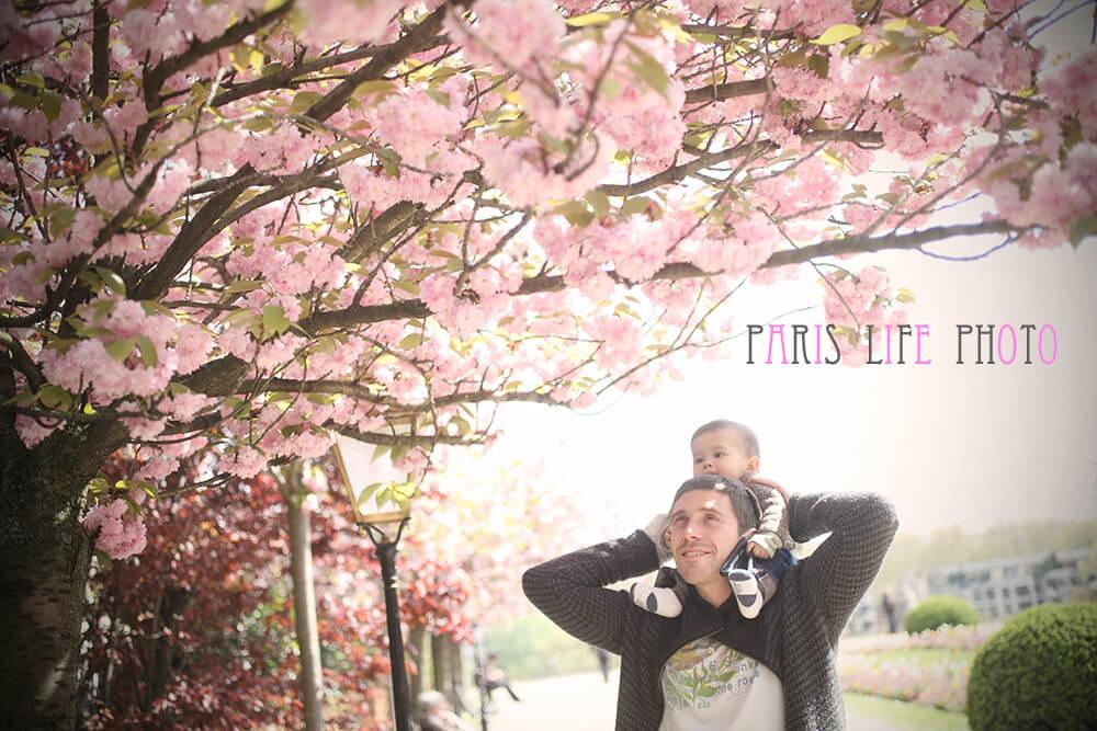 桜の下でパパが赤ちゃんを肩車