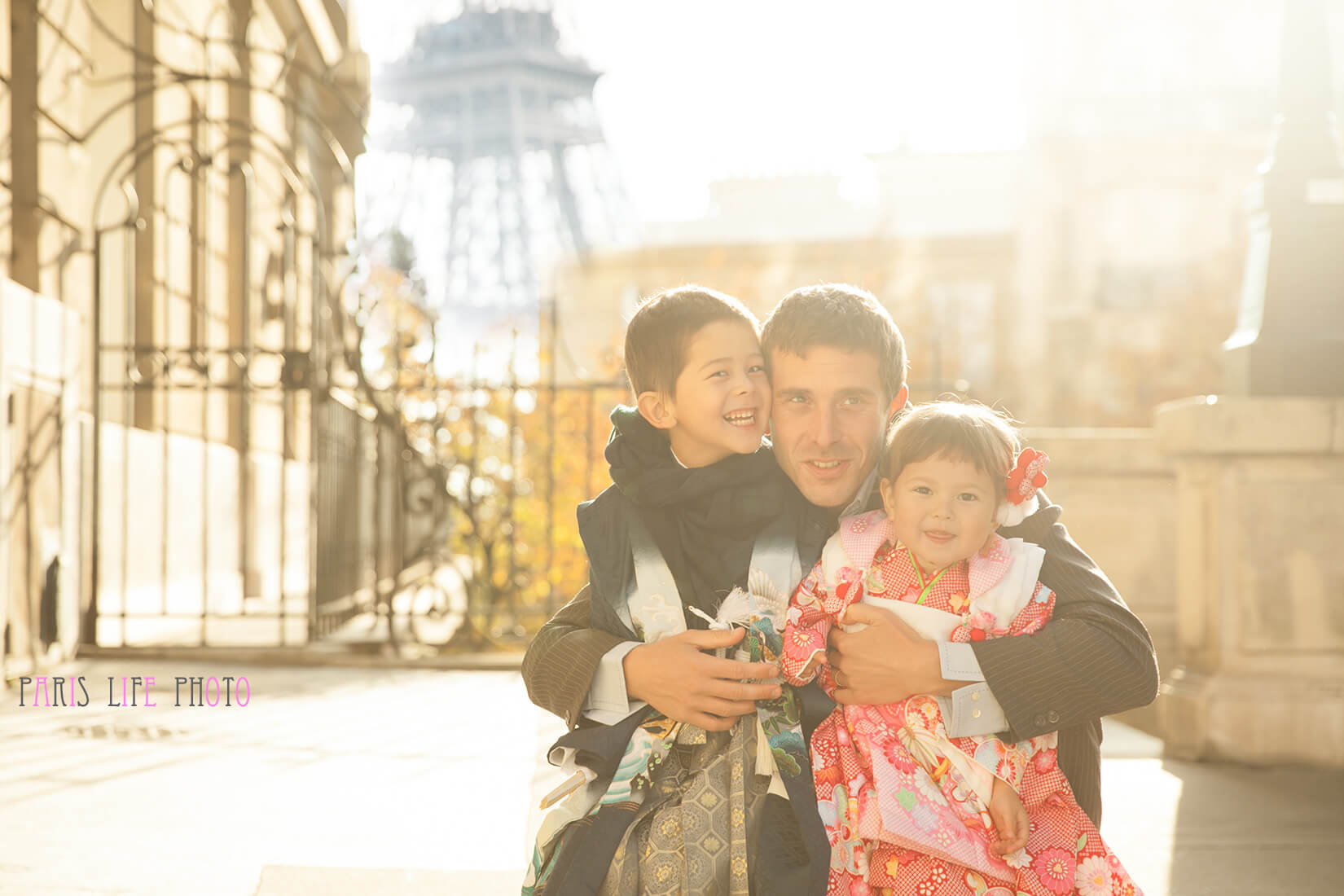 エッフェル搭の見えるパリの街角で七五三の着物姿の兄妹とパパ