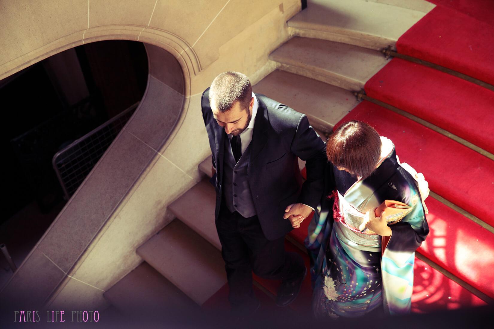 パリの区役所の階段を降りる新郎新婦