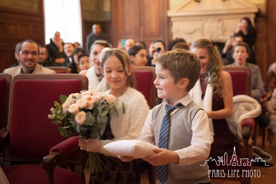 結婚指輪を運ぶ少年
