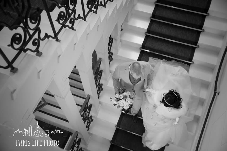 階段を降りる新郎新婦