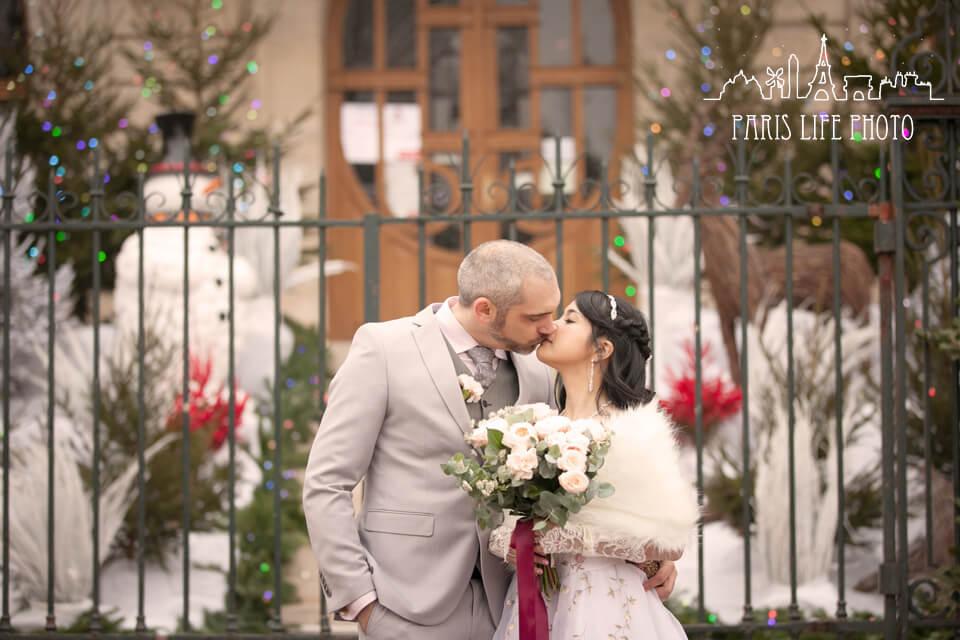 フランス、パリ郊外で挙式をした新郎新婦キス