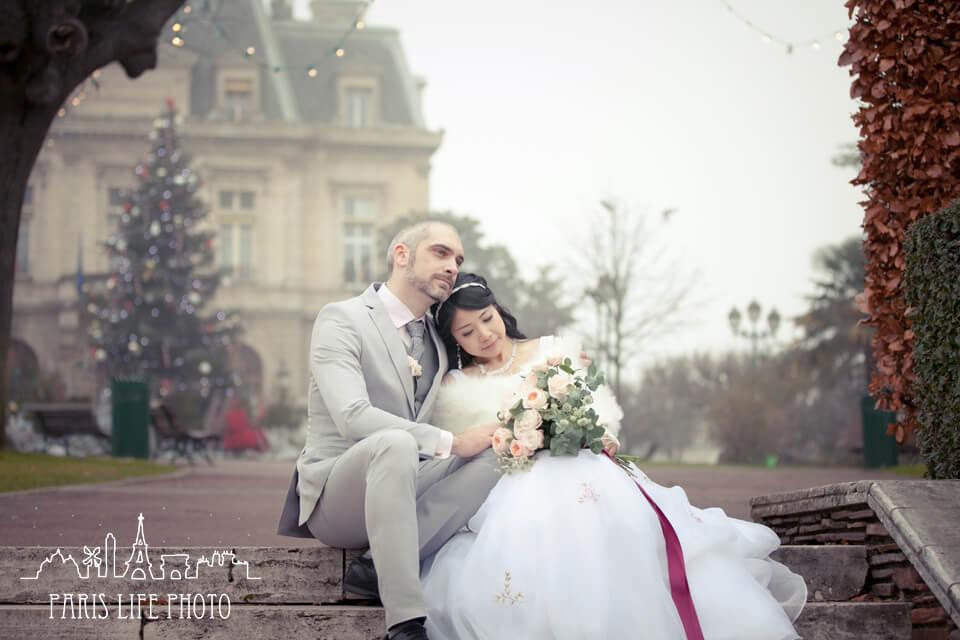 フランス、パリ郊外で挙式した新郎新婦ポージング写真