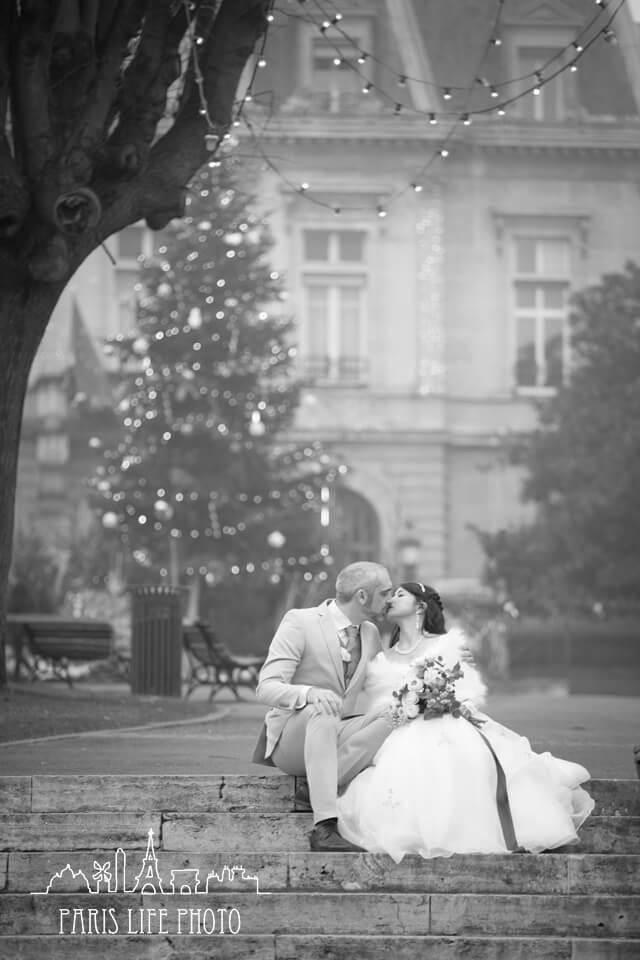 フランス、パリ郊外で冬に挙式した新郎新婦のモノクロ写真