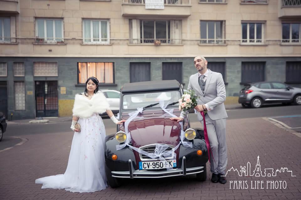 フランス、パリ郊外で挙式したカップル。クラシックカーと一緒に記念撮影