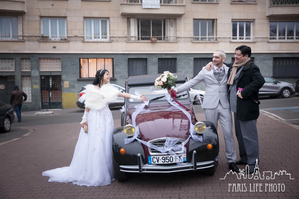フランス、パリ郊外で挙式したカップル。クラシックカーと一緒に