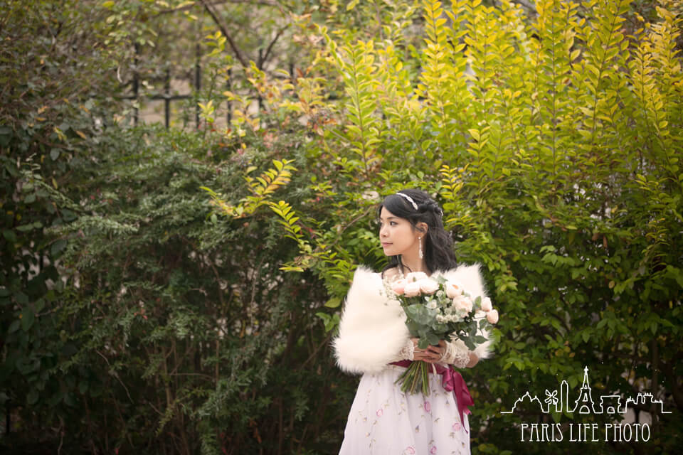 フランス、パリ郊外で冬に挙式した新婦